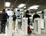 美國官方週四(8月6日)宣布,為了加強美國國家安全, 將會對免簽證國家收緊政策。圖為持有電子護照的遊客在接受檢查。 (FRANK VAN BEEK/AFP/Getty Images)