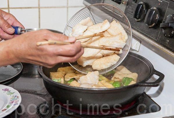 【梁廚美食】涼瓜豆腐泡煮魚