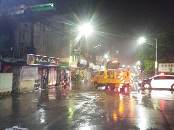 台风苏迪罗发飙,基隆市风大、雨大,北宁路7日深夜起,至8日上午9时,实施预防性的封闭道路(图),避免落石与淹水灾情,危及驾驶安全。(基隆市府提供)