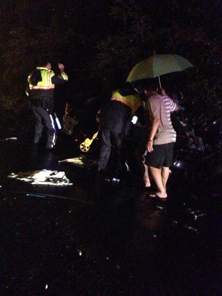 台风苏迪罗发威,一辆轿车8日凌晨行经国道3号,疑似受影响视线与车辆打滑,轿车撞安全岛后,车内1名男子被抛出车外,送医命危。(新北市府消防局提供)