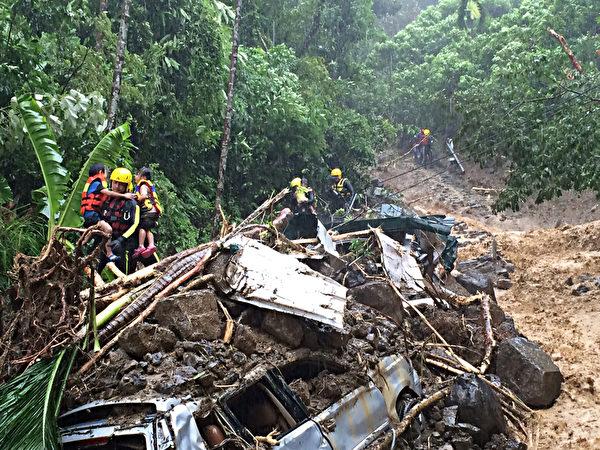台风苏迪勒袭台造成乌来交通中断,消防局长黄德清率队徒步抢进乌来勘灾时,遭民众拦下报案指有人遭土石流掩埋,一家7口幸运获救。(消防局提供)