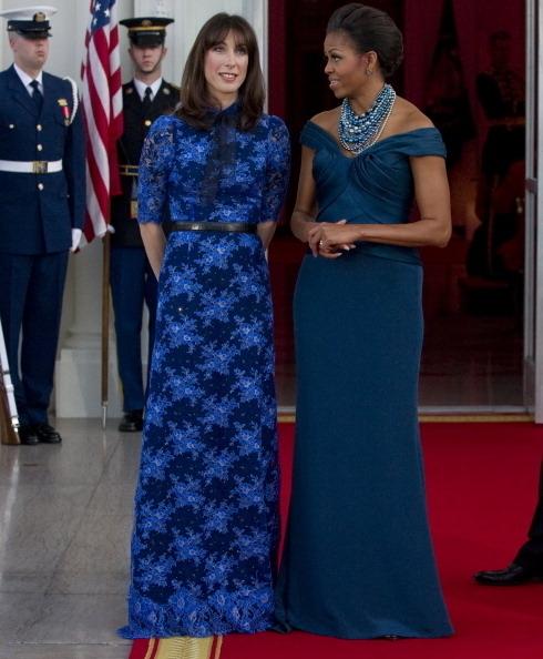 英國首相夫人珊曼莎.卡麥隆(左)與美國第一夫人蜜雪兒‧奧巴馬(右)合影。(Photo credit should read SAUL LOEB/AFP/Getty Images)