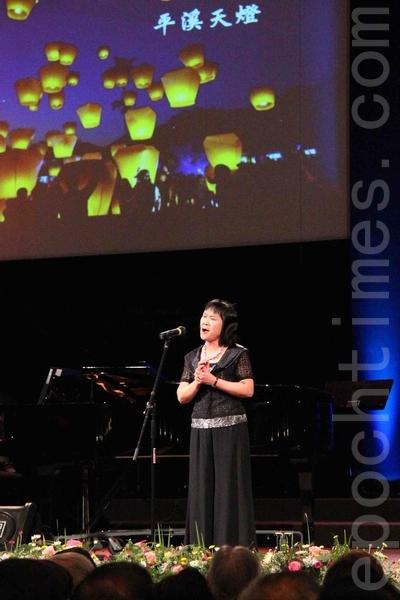 女高音張廖莉娜演唱鄭仁宗《在這塊土地有愛》。(易永琦/大紀元)