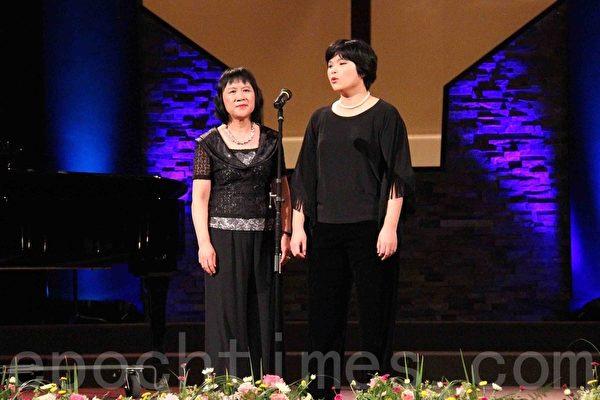 女高音張廖莉娜、次女高音施彥伃的《慈悲的耶穌》二重唱。(易永琦/大紀元)