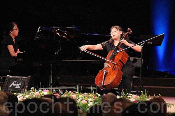 大提琴家吳青芳在演奏帕格尼尼《摩西》主題幻想變奏曲。(易永琦/大紀元)