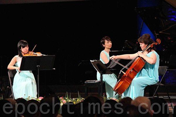 臺灣唯一的史坦威藝術家團體「菁英三重奏」以整個下半場的傾心演出,展示出精湛的技藝,深得觀眾的好評。(易永琦/大紀元)