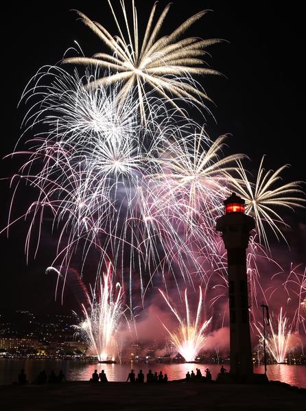 8月7日,在法國戛納海濱大道上舉行的煙火藝術節,煙花照亮夜空,絢麗奪目。(VALERY HACHE/AFP)