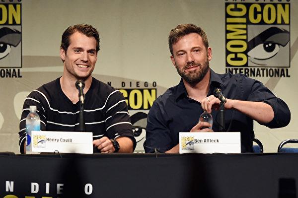 2015年7月,本‧阿弗萊克(右)與亨利‧卡維爾在加州聖地亞哥出席ComicCon國際動漫展上的《蝙蝠俠大戰超人:正義黎明》新片宣傳會。(Kevin Winter/Getty Images)