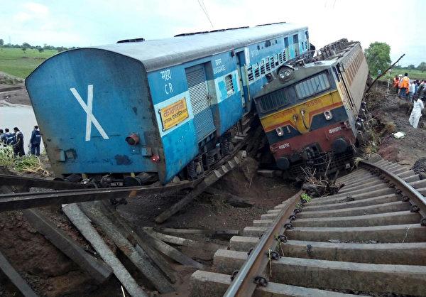2015年8月5日,印度中央邦(Madhya Pradesh),兩輛火車在當地時間4日晚上11點接連發生出軌意外,部分車廂墜河,至少造成27人死亡、40多人受傷。(AFP)