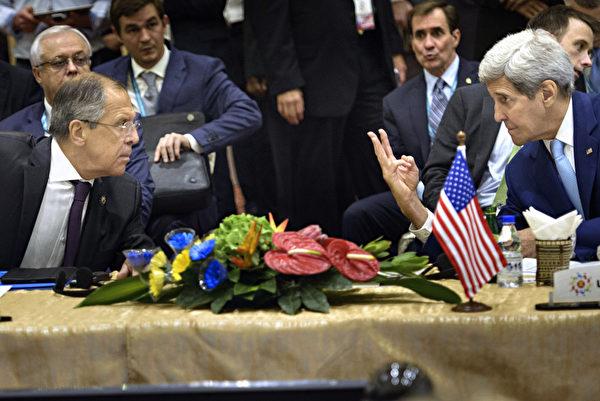 2015年8月6日,美國國務卿克里與俄羅斯外長拉夫羅夫(Sergey Lavrov)在吉隆坡的東南亞區域峰會期間舉行會談。(BRENDAN SMIALOWSKI/AFP)