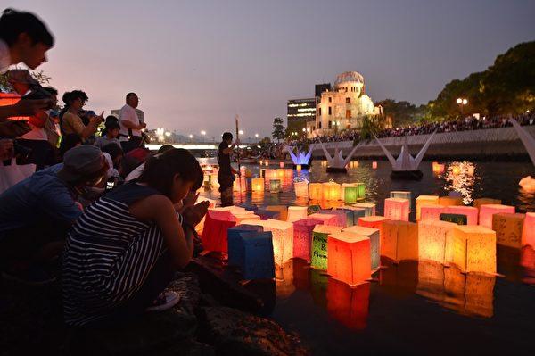 2015年8月6日,日本廣島市舉行儀式,悼念二戰廣島原爆70週年。(KAZUHIRO NOGI/AFP)