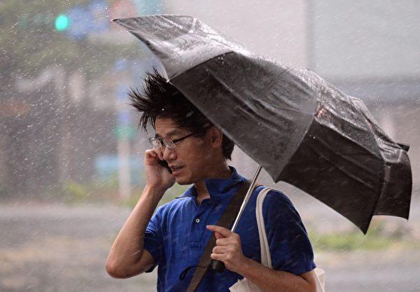 2015年8月8日,蘇迪勒颱風侵襲台灣,強風豪雨造成災情,據統計至少有6人在此次風災中喪生。(Sam Yeh/AFP)