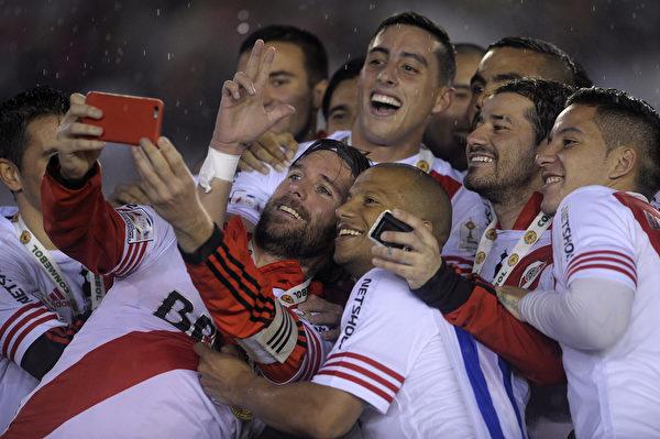 2015年8月5日,南美自由杯(Copa Libertadores de América)足球賽期間,阿根延球員以手機自拍的趣圖。(Alejandro Pagni/AFP)