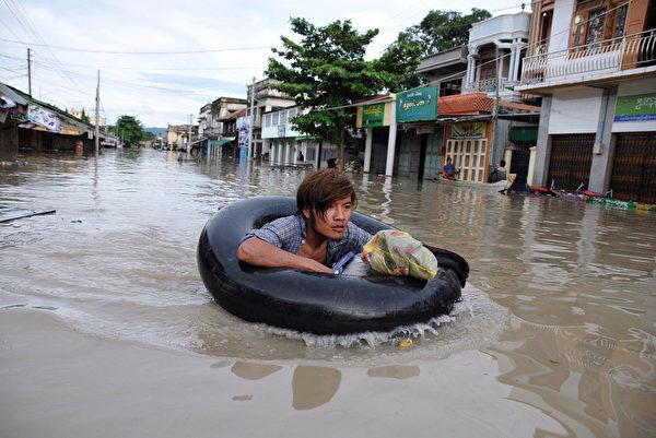 緬甸近期遭受暴雨,以致河流暴漲引發大面積水災,掏官方估計,水災災民將近一百萬人。圖為8月2日,緬甸實皆省Kalay,當地遭遇洪災。(SAI ZAW/AFP)