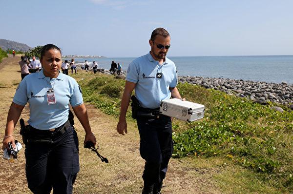 2015年8月2日,印度洋留尼汪島(Reunion)附近發現疑似失聯的馬航MH370客機殘骸。(RICHARD BOUHET/AFP)