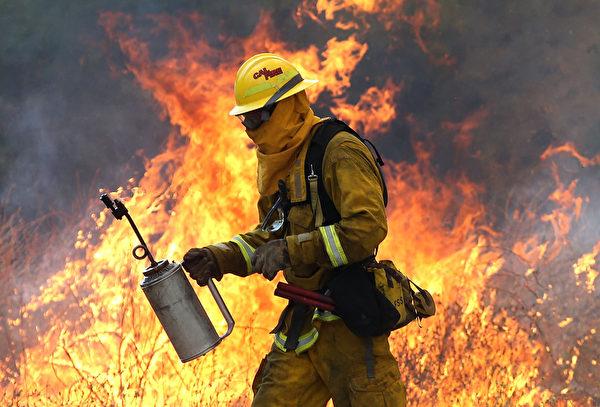 美國加州北部山火持續。2015年8月3日,消防員在加州夏日景點明湖(Clear Lake)的周邊道路奮力救火。(Justin Sullivan/Getty Images)