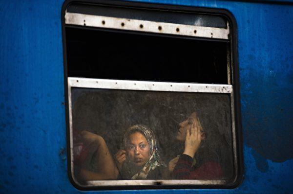 2015年8月4日,馬其頓和希臘邊境的傑夫格里雅(Gevgelija)的一列火車上,搭載了準備搭火車前往歐洲的難民。聯合國表示,今年已有22.4萬難民橫越地中海進入歐洲。(DIMITAR DILKOFF/AFP/Getty Images)