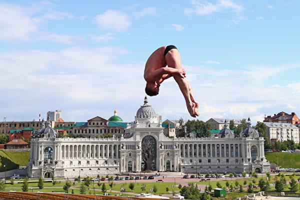 2015年8月5日,世界游泳錦標賽在俄羅斯喀山進行決賽。該賽事自1973年起開始舉行,每2年舉行一屆。圖為男子27公尺跳水決賽時的畫面。(Clive Rose/Getty Images)