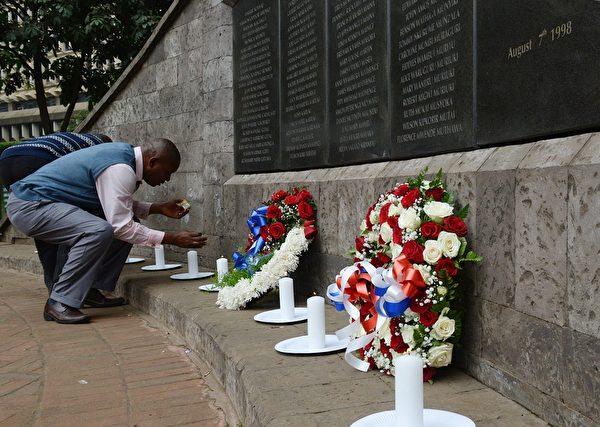 2015年8月7日,一名在1998年肯亞恐怖襲擊的倖存者在肯亞紀念公園敬獻花圈,憑弔當年的受難者。當時共有224人死亡以及超過5000人受傷。(SIMON MAINA/AFP/Getty Images)