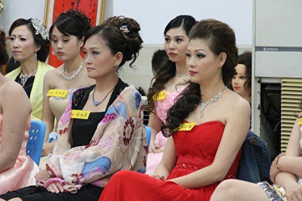 每位學員為30位專屬的模特兒妝化新娘造型,呈現出時尚流行的新娘彩妝、美髮與服裝整體造型,帶給觀眾極致的視覺享受。(李擷瓔/大紀元)