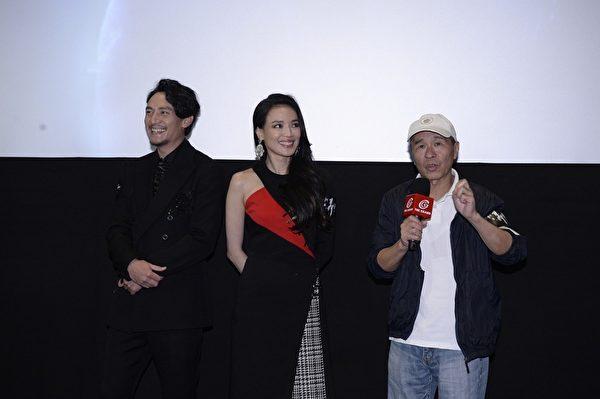 导演侯孝贤(右)以广东话跟观众打招呼,并分享了年少时的糗事。(中影提供)