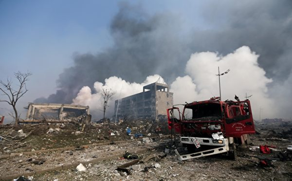 8月13日,天津爆炸现场,损坏的消防车(STR/AFP/Getty Images)