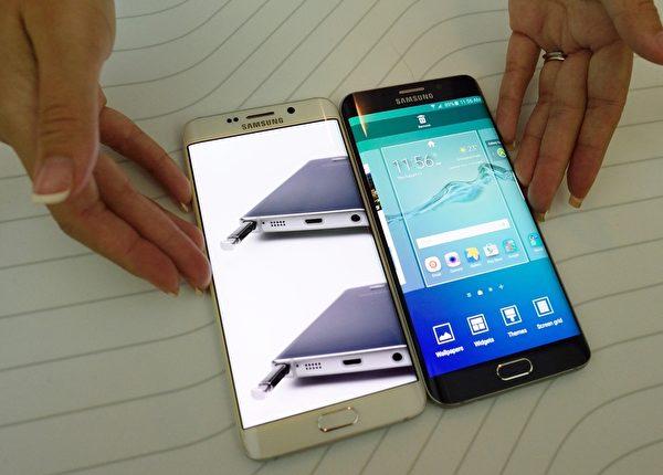 当地时间8月13日上午11点,三星在美国纽约举办了新品发布会,正式发布新一代智能手机Galaxy Note 5和热销款 Galaxy S6 Edge 的加强版 S6 Edge+。图为Galaxy S6 Edge+。 (DON EMMERT/AFP/Getty Images)