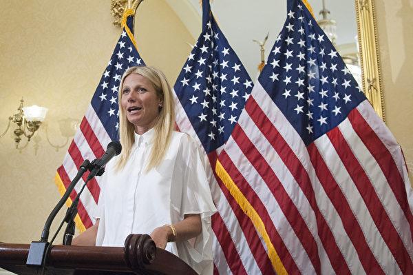 圖為2015年8月2日,奧斯卡影后格溫妮絲‧帕特洛在華府國會山的會議上發言,敦促對含轉基因成分食品做強制性標籤要求。(Kris Connor/Getty Images)