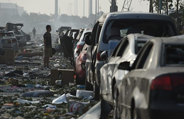 2015年8月13日,天津爆炸现场附近,大量汽车被烧毁。(GREG BAKER/AFP/Getty Images)