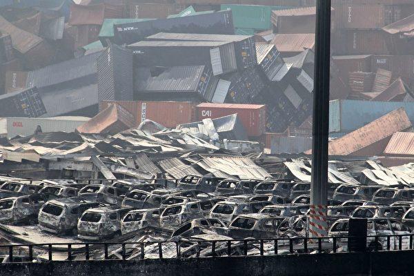 2015年8月13日,天津爆炸现场附近,集装箱散落,汽车被毁。(STR/AFP/Getty Images)