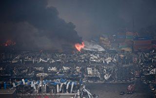 2015年8月13日,天津濱海倉庫爆炸現場起火後黑煙密布。(STR/AFP/Getty Images)