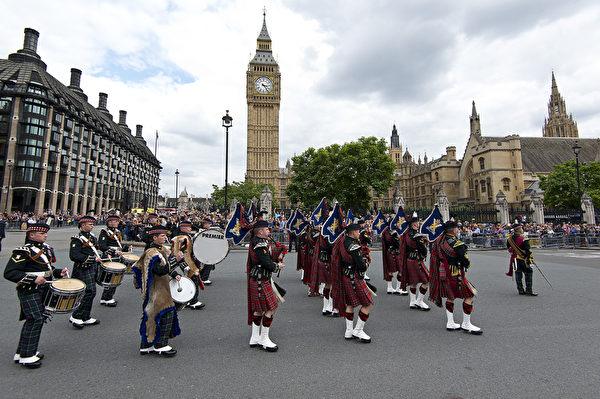 参加过二战的老兵和当年的战俘,早上沿白厅(Whitehall)道路游行,穿过伦敦市中心到达威斯敏斯特教堂后,也参加这个纪念仪式。(Ben A. Pruchnie/Getty Images)