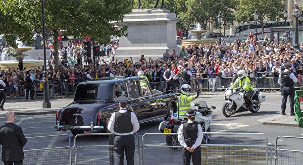 在纪念二战70周年仪式上,伦敦圣马丁教堂和附近的特拉法加广场周围,明显地加强了警力和保安,游客和其他参加者们挤在栏杆后观看。(Arthur Edwards - WPA Pool/Getty Images)