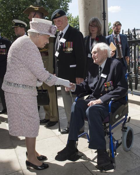英国女王伊莉莎白二世8月15日领衔全国纪念二战胜利70周年的活动。(Arthur Edwards - WPA Pool/Getty Images)