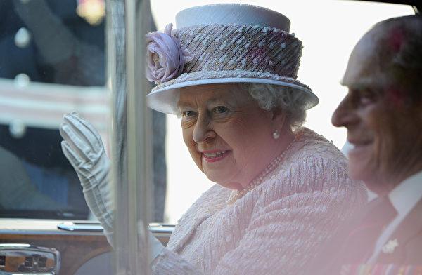 英国女王伊莉莎白二世和夫君菲利浦亲王参加了纪念二战胜利70周年的仪式。(Eamonn M. McCormack/Getty Images)