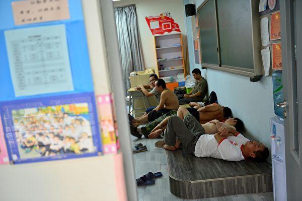2015年8月13日,天津发生大爆炸后,民众有家归不得,许多人暂时在安置点过夜。(ChinaFotoPress/ChinaFotoPress via Getty Images)