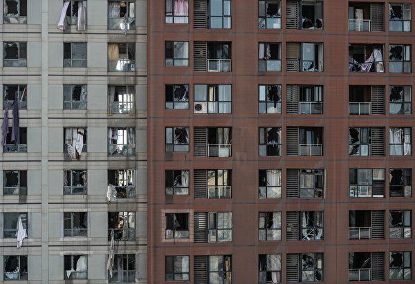 2015年8月13日,天津大爆炸事故周边许多住宅楼的窗户都被震碎。(STR/AFP/Getty Images)