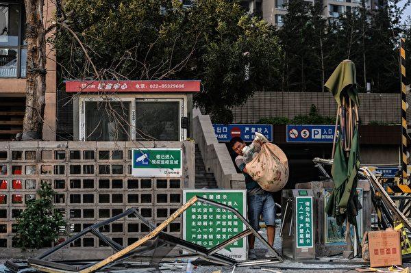2015年8月13日,天津大爆炸事故周边许多住宅楼受波及。 (STR/AFP/Getty Images)