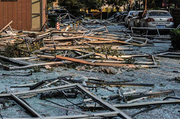 2015年8月13日,天津大爆炸事故周边的住宅和街道,杂物散落一地。(STR/AFP/Getty Images)