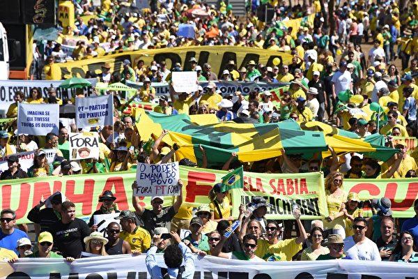 2015年8月16日,巴西民眾重返街頭要求總統羅塞夫下台。巴西在今年已經有過數次大規模的全國抗議。(AFP)
