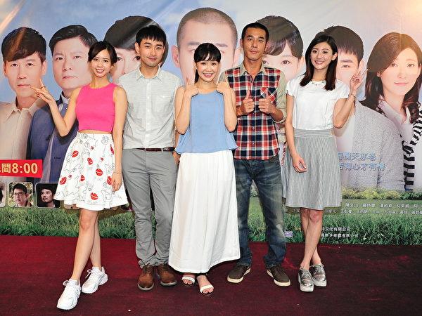 (左起)何紫妍、潘柏希、李佳豫、黃騰浩、林逸欣出席該劇掃街造勢活動。(台視提供)