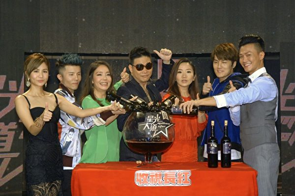 節目首播成功,主持評審群開紅酒慶祝。(華視提供)