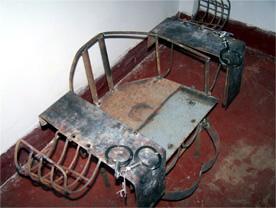 中共迫害法轮功学员的刑具:铁椅子(明慧网)