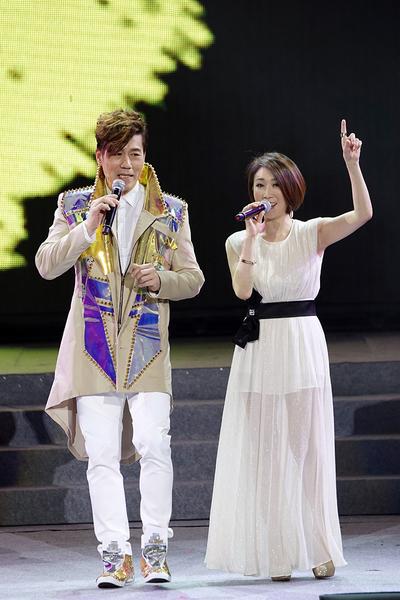 李翊君一身白色造型现身与罗时丰对唱《小姐请你呼我爱》,两人俏皮的演唱,带动现场粉丝大合唱。(大取国际娱乐提供)