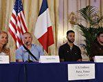 8月23日,在美国驻巴黎大使官邸举行的记者会上,美国飞行员斯宾塞·斯通(Spencer Stone),安东尼·萨德勒(Anthony Sadler)和国民卫队士兵亚历克·斯卡拉托斯(Alek Skarlatos)介绍了他们在法国列车上制伏枪手的过程。左一是美国驻法国大使简·哈特利(Jane Hartley)。 (THOMAS SAMSON/AFP/Getty Images)