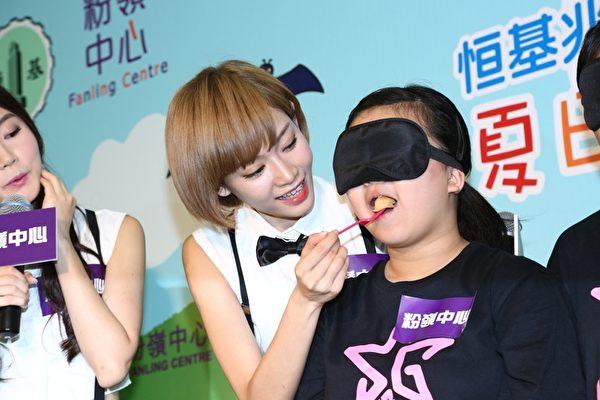 Super Girls餵觀眾吃小食。(公關提供)