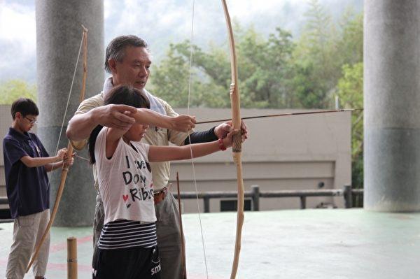 活动中加入射箭课程,培养学生的专注力及情绪的控制。(徐乃义/大纪元)