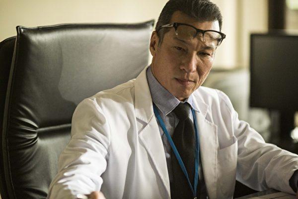 黄仲崑在《麻醉风暴》摇身一变成正经严肃的医院院长。(公视提供)