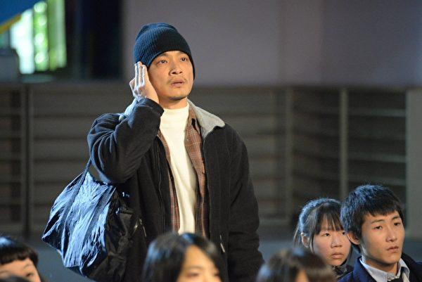 《天使的收音机》剧照。图东明相饰林志旸,一心想帮助女儿动电子耳手术。(公视提供)