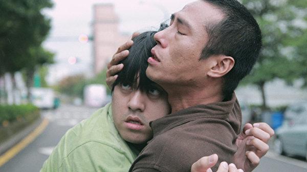 """庄凯勋(右)演出《出游》男主角""""阿超"""",照顾自闭症弟弟。(公视提供)"""